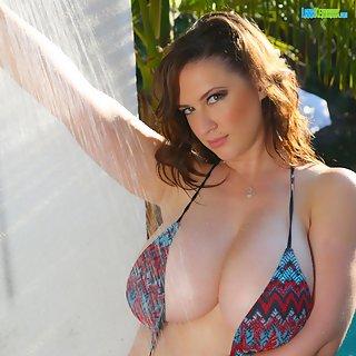 Pornostar Lana Kendrick geil unter der Dusche
