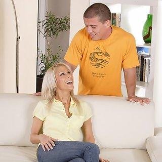 Geile Blonde MILF auf der Couch gefick