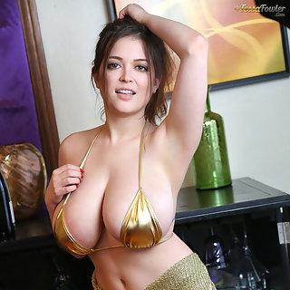 Die geile MILF Tessa Fowler im goldenen Bikini