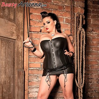 Arianna Sinn in dominantem Outfit