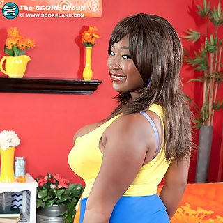Ebony Girl Marie Leone zeigt ihre fetten dicken Negertitten