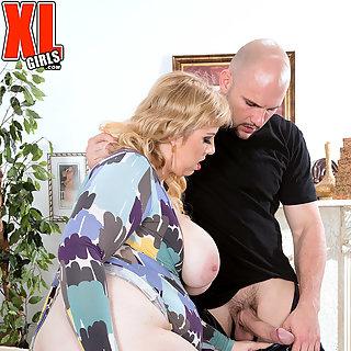 Mollige blonde MILF mit fetten Titten wird gefickt