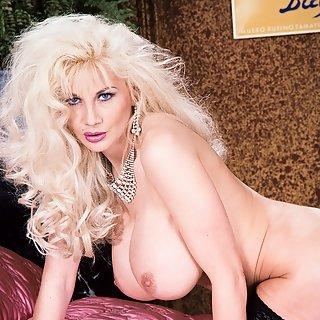Lange Titten > Girl mit Mega Möpsen ~ Gratis versaute Titten Pornos