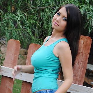 Teenie mit geilen Titten lässt sich zu Nackt Bildern überreden