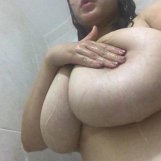 Erst ein sexy Nacktselfie und dann ab unter die Dusche