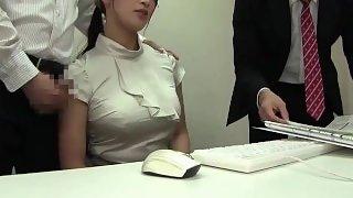 Japanisches Girl wird im Büro begrabscht
